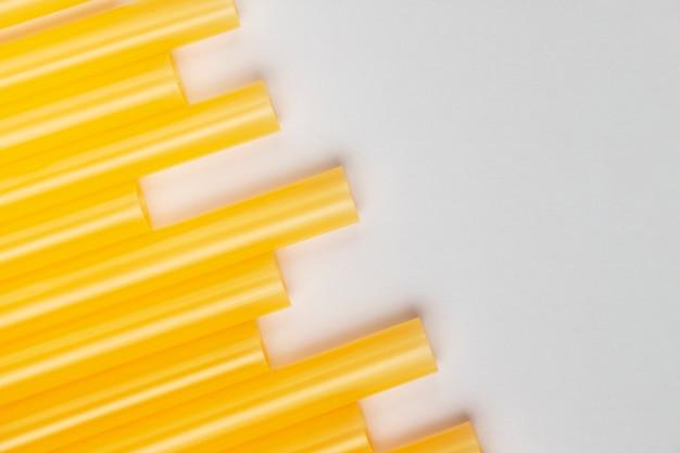 Vue de dessus des pailles en plastique jaune