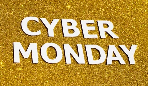 Vue de dessus des paillettes d'or pour le cyber lundi