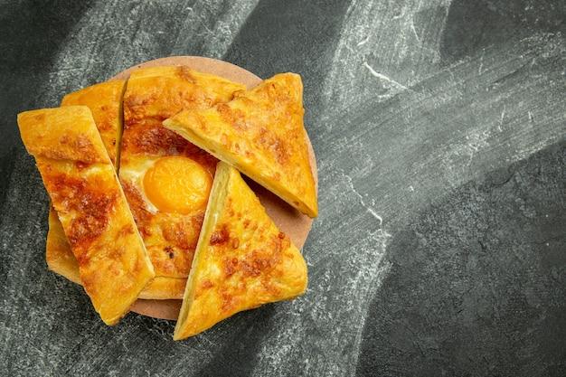 Vue de dessus pain aux œufs cuit délicieux fraîchement sorti du four et tranché sur un espace sombre