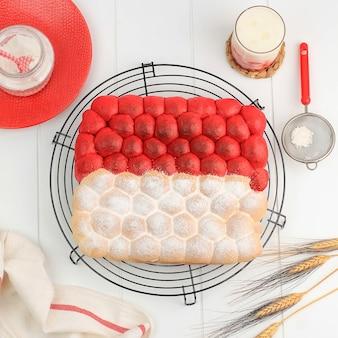 Vue de dessus pain à bulles chigiri rouge et blanc, pain japonais blanc viral frais, vue de dessus sur fond noir. concept pour la fête de l'indépendance de l'indonésie (17 août)