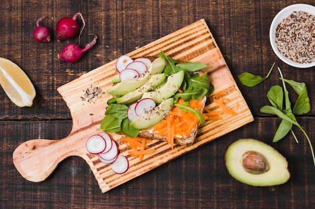 Vue de dessus de pain grillé avec un assortiment de légumes