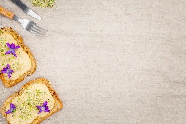 Vue de dessus de pain grillé avec couverts et espace copie