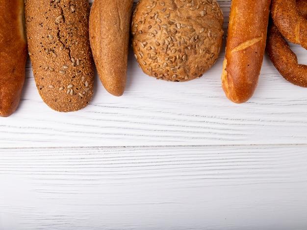 Vue de dessus des pains comme bagel baguette cob sur fond de bois avec copie espace