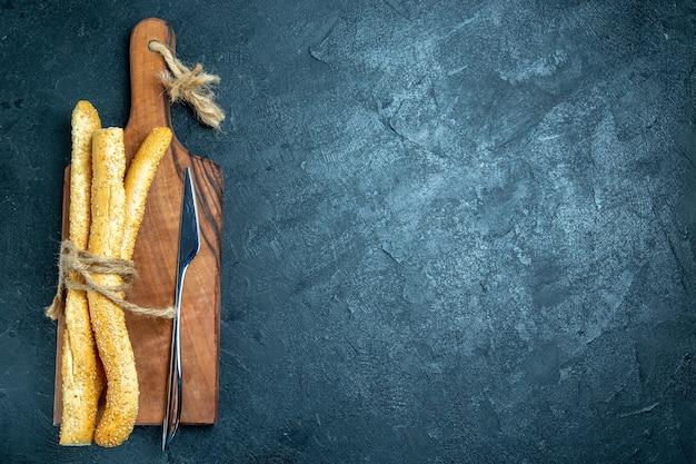 Vue de dessus des pains frais sur espace bleu