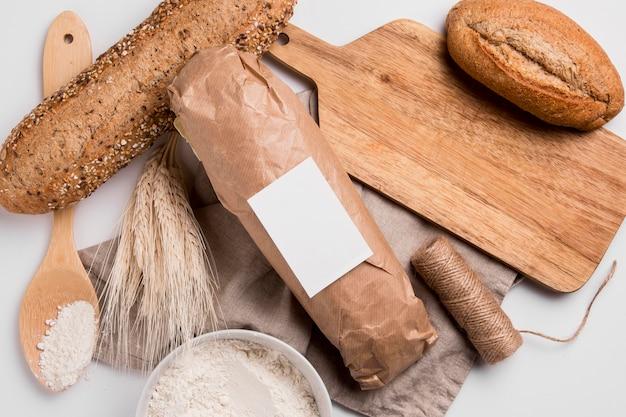 Vue de dessus pains avec planche à découper