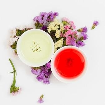 Vue de dessus paire de tasses de thé avec des fleurs