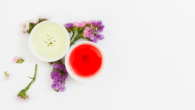 Vue de dessus paire de tasses à thé avec des fleurs