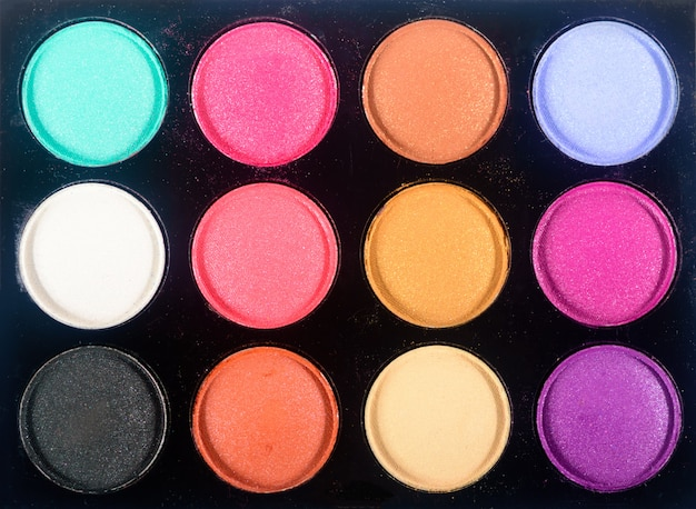 Vue de dessus de la palette de fard à paupières maquillage. gros plan d'un assortiment coloré de produits de maquillage pour fards à paupières