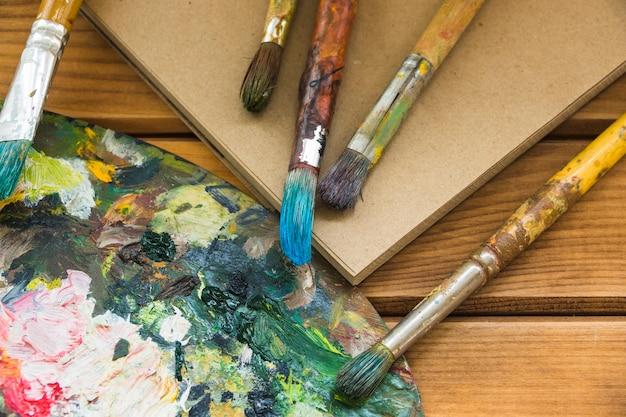 Vue de dessus palette sale et pinceaux