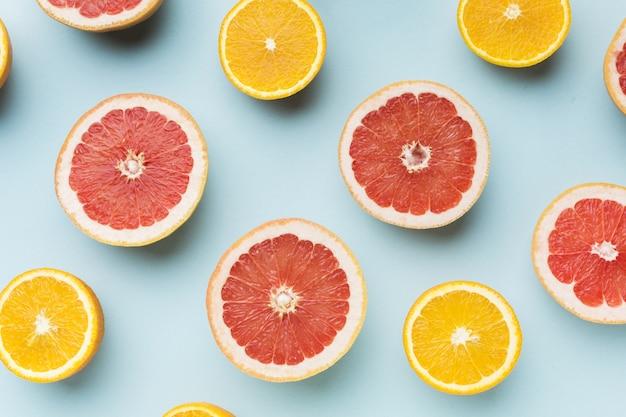 Vue de dessus des pamplemousses et des oranges