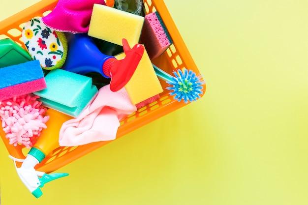 Vue de dessus avec panier avec produits de nettoyage