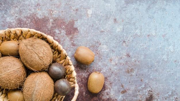 Vue de dessus panier rempli de noix de coco avec espace copie