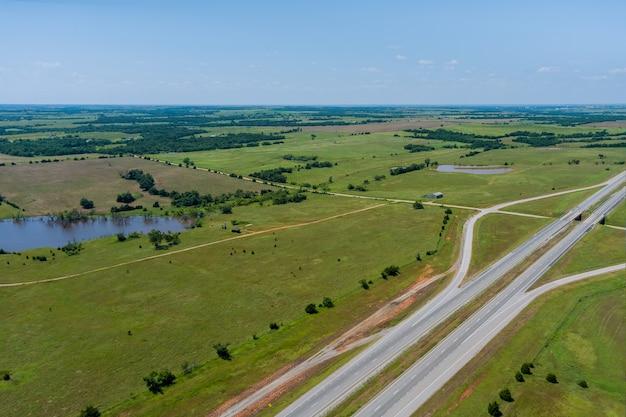 Vue de dessus panoramique de la plate-forme d'origine de la route 66 près de clinton en oklahoma.