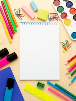 Vue de dessus de la papeterie de retour à l'école avec des crayons et un cahier