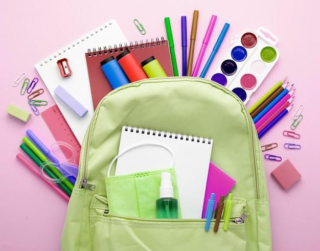 Vue de dessus de la papeterie de retour à l'école avec sac à dos et crayons