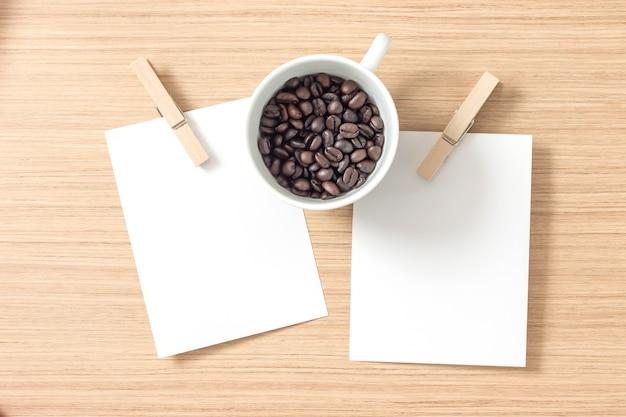 Vue de dessus de papier ou de carton avec des pinces à linge et du grain de café