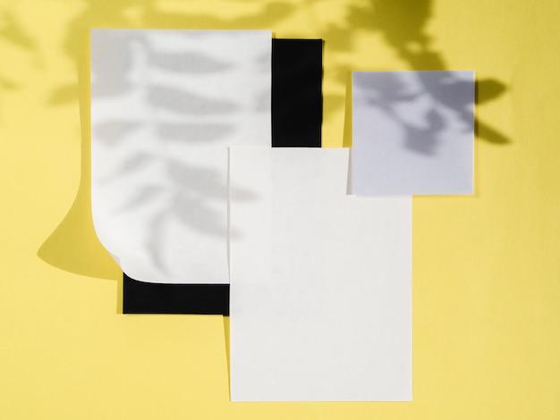 Vue de dessus des papiers vierges avec des ombres