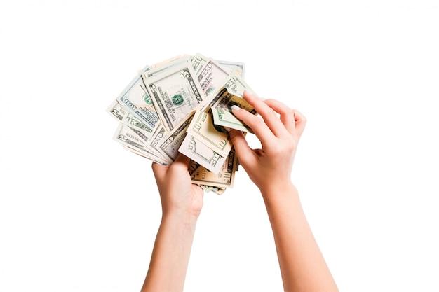 Vue de dessus d'un paquet d'argent dans les mains féminines.