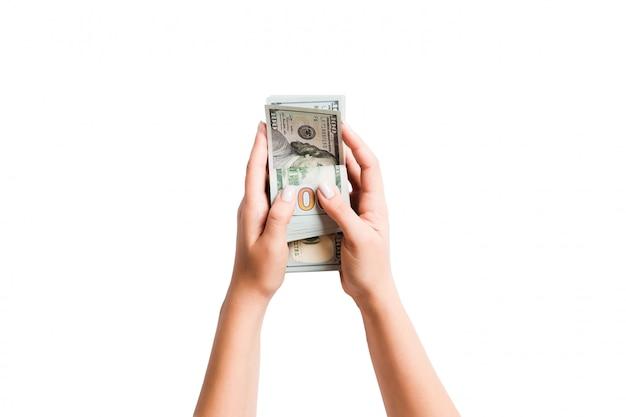 Vue de dessus d'un paquet d'argent entre des mains féminines