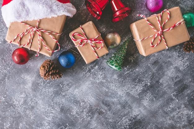 Vue de dessus des paquets cadeaux emballés dans du papier brun avec décoration de noël