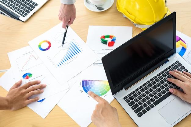 Vue de dessus des partenaires commerciaux mains discussion brainstorm