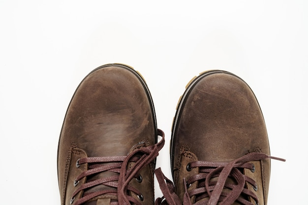 Vue de dessus. partie des chaussures pour hommes en cuir marron d'hiver sur fond blanc. achetez de belles chaussures modernes pour les voyages et le tourisme.