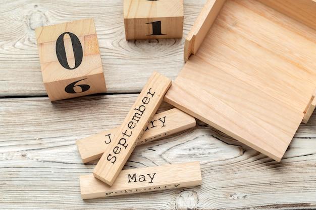 Vue de dessus des parties du calendrier en bois sur une table en bois foncé