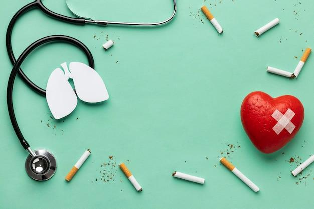 Vue de dessus pas d'assortiment d'éléments du jour du tabac