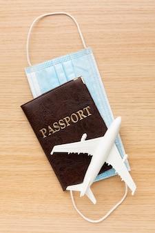 Vue de dessus passeport et arrangement de masque