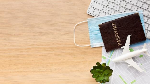 Vue de dessus passeport, masque et clavier