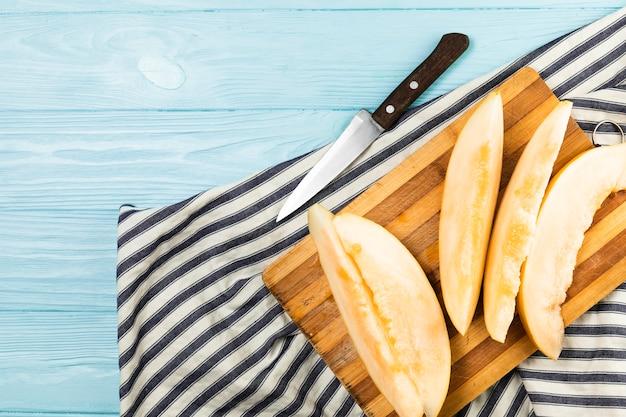 Vue de dessus de la pastèque sur hachoir sur table en bois
