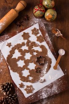 Vue de dessus de la pâte à biscuits de noël avec des formes d'étoiles