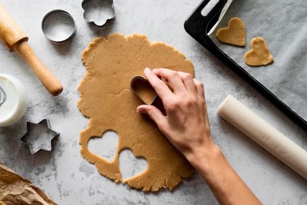 Vue de dessus de la pâte de coupe à la main avec des formes