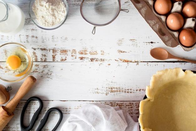 Vue de dessus de la pâte dans le bac avec des œufs