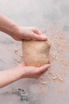 Vue de dessus de la pâte avec de la farine