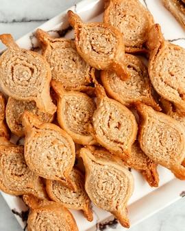 Vue de dessus de la pâte feuilletée orientale aux noix sur blanc