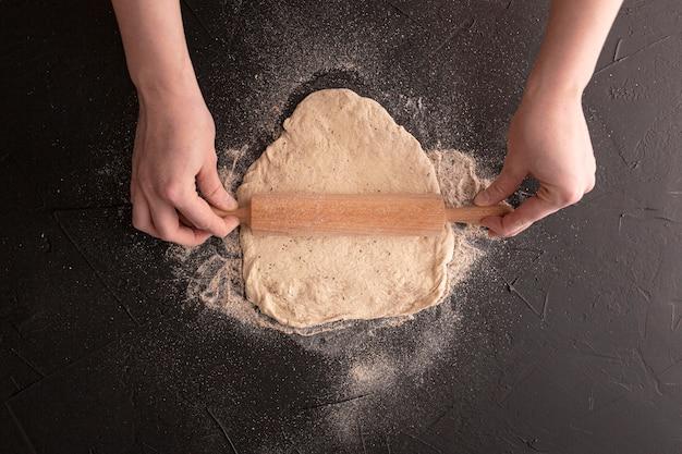 Vue de dessus de la pâte sur fond de stuc