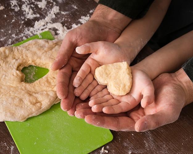 Vue de dessus pâte en forme de coeur