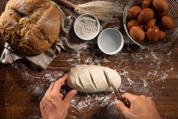 Vue de dessus de la pâte à pain préparée pour la cuisson