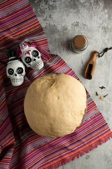 Vue de dessus de la pâte pan de muerto
