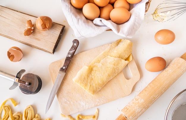 Vue de dessus pâte à pâtes avec des ingrédients et des fournitures autour