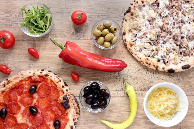 Vue de dessus de la pâte à pizza au pepperoni