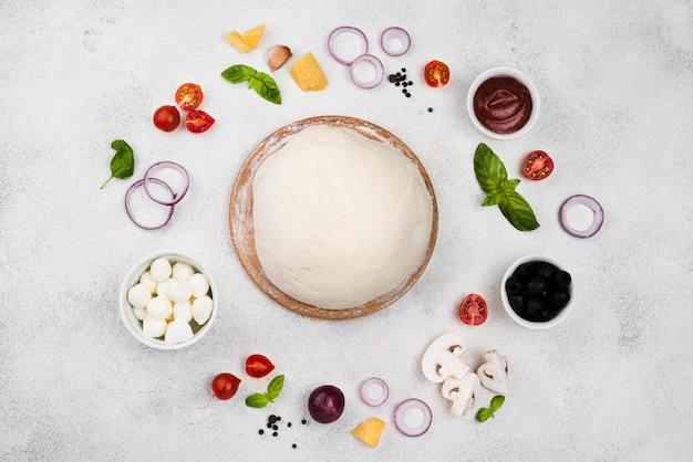 Vue de dessus de la pâte à pizza aux légumes