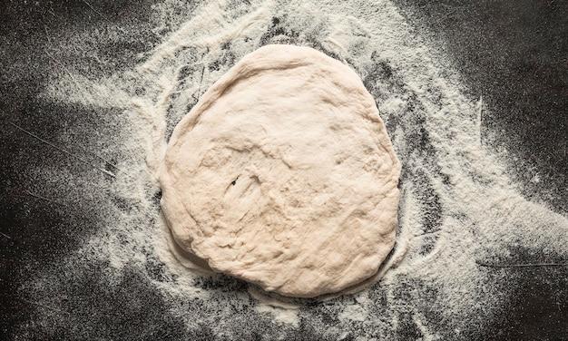 Vue de dessus de la pâte à pizza