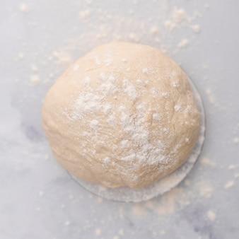 Vue de dessus de la pâte sur une table en marbre