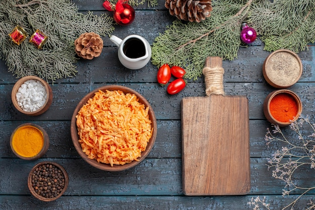 Vue de dessus des pâtes cuites au sol avec des assaisonnements sur le bureau bleu foncé pâte à pâtes cuisson repas plat couleur