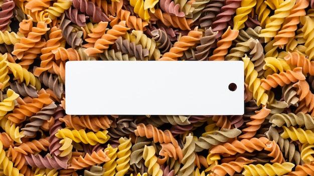 Vue de dessus des pâtes avec du papier