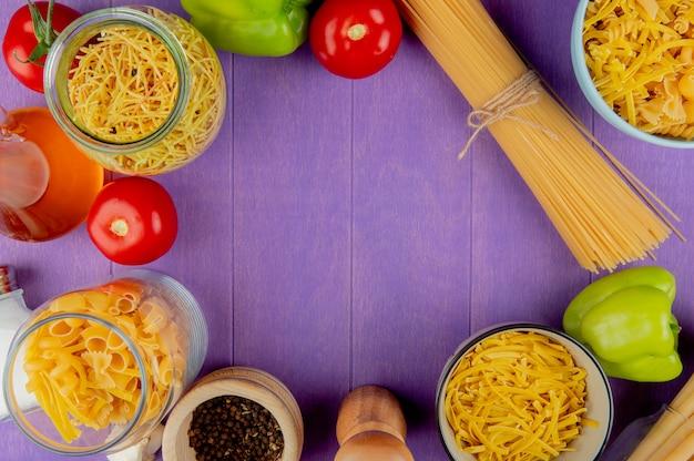 Vue de dessus des pâtes avec des ingrédients