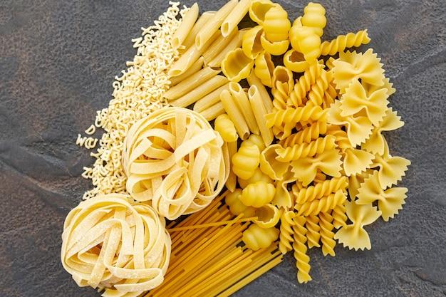 Vue de dessus des pâtes italiennes sur fond uni