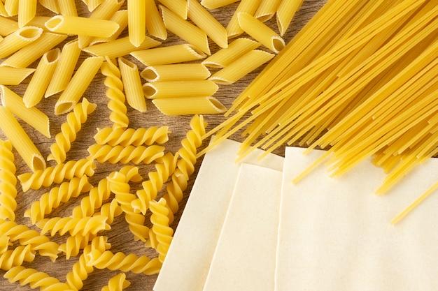 Vue de dessus des pâtes italiennes. penne, fusilli, lasagne et spaghetti.
